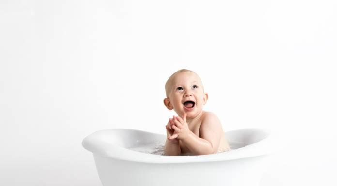 Bébé dans son bain