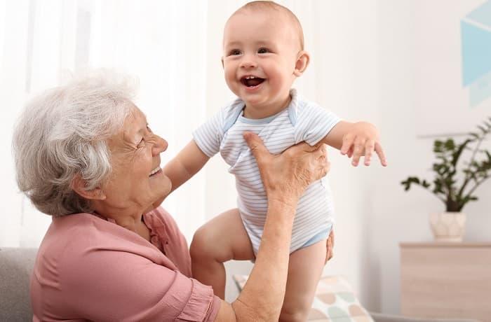 Photo de naissance avec les grands-parents